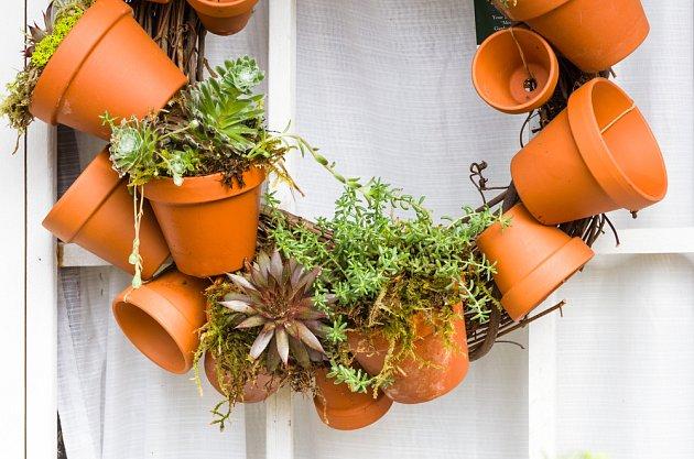 Připevněte terakotové květníky na ocelový drát a vytvořte tak věnec pro netřesky