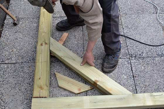 Příprava montáže kostry altánu.