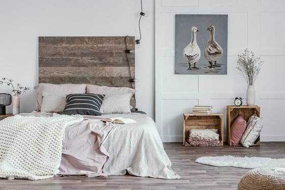 Z bedýnek mohou vzniknout i zajímavé noční stolky.