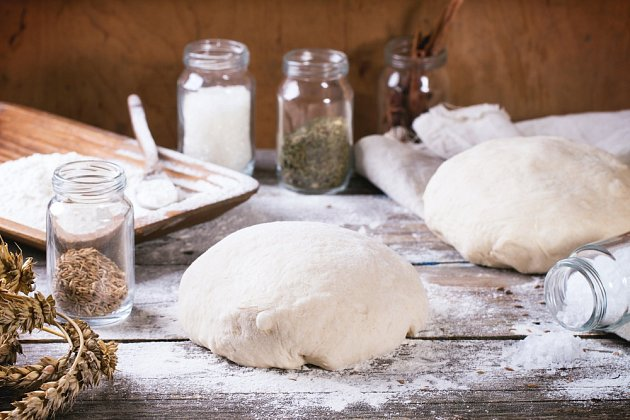 Na chléb potřebujete jen základní suroviny