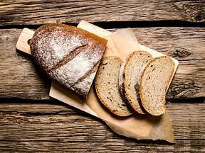 Chléb nejsnáze proschne, pokud jej nakrájíme na plátky.