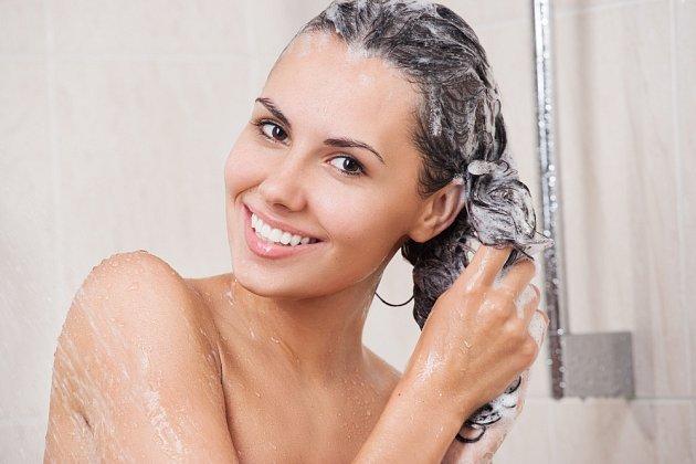 Šampon vmasírujte do pokožky a nechte jej působit 3 minuty