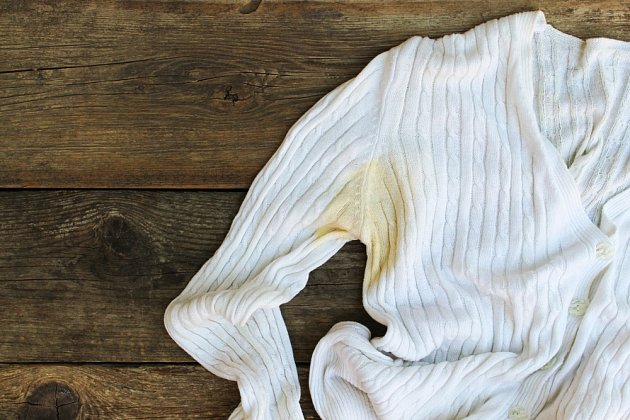 Na skvrny od potu použijte zubní pastu, ocet nebo citrón