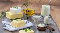 Různé druhy tuků a olejů pro kuchyňské použití.