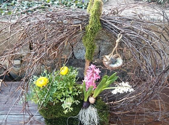 Hotová dekorace se může přidáním vejdumků nebo dekoračních vajíček změnit na velikonoční.