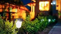Solární lampa osvětluje přístup k domu.