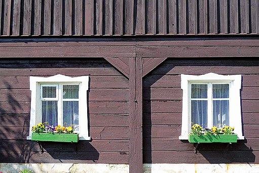 okna na chalupě