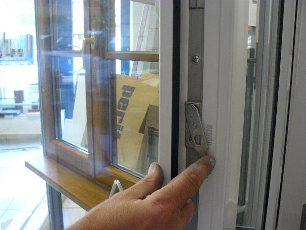 Rameno pojistky okenního křídla