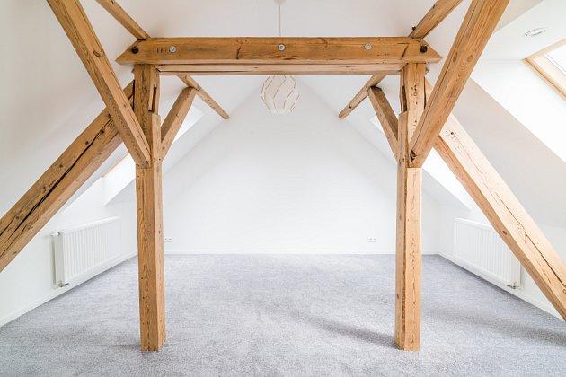 Přiznané trámy v podkroví vytvoří rustikální bydlení.