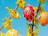 Velikonoční vajíčka zdobená háčkovanými motivy.