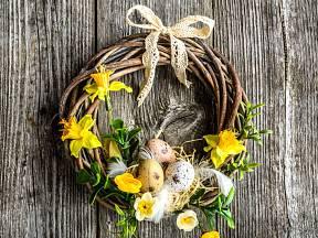 Jarní věnec na dveře z proutí a umělých květin už navodí i velikonoční náladu.