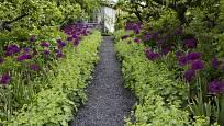 Zahradní pěšiny mohou být také sypané štěrkem.