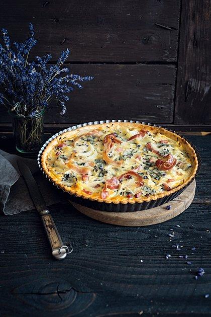 Cibulový páj s gorgonzolou je báječný lehký oběd.