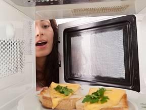 Mikrovlnka potraviny ohřeje, na zapečení pečiva do křupava je potřeba vestavěný infragril