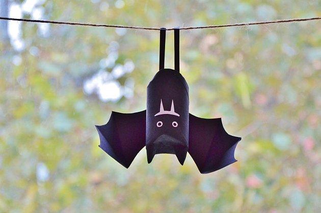Jako každý správný netopýr i ten papírový visí hlavou dolu