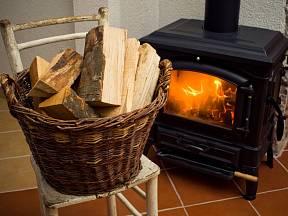 Topení dřevem má své neodolatelné kouzlo.