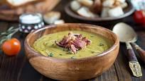 Hrachovou polévku můžeme servírovat v dřevěné misce.