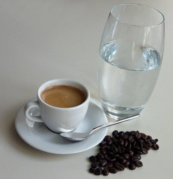Ke kávě bychom vždy měli podávat také vodu.