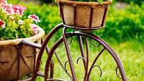 Květiny v košících bývají součástí zahradních dekorací.