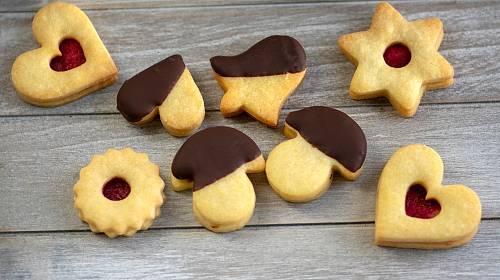 Linecké cukroví můžeme ozdobit také čokoládovou polevou.