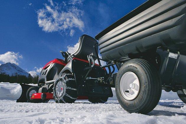 Traktor můžeme využít jak na shrnování, tak jako tažnou jednotku sypače