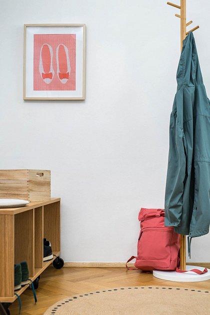Díky nátěru Primalex Polar FIX například na stěnách v předsíni rychle zamaskujete šmouhy od bot.