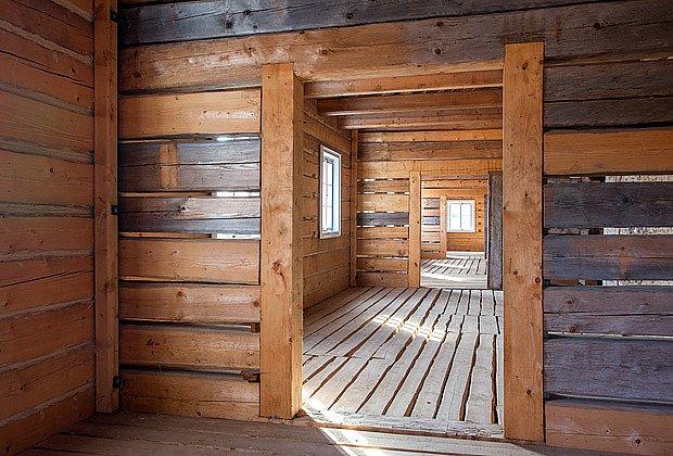 V interiéru vedle sebe lezí původní a nové trámy
