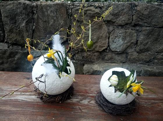 Na závěr stačí papírové skořápky přizdobit květinou, větvičkami a peříčky.