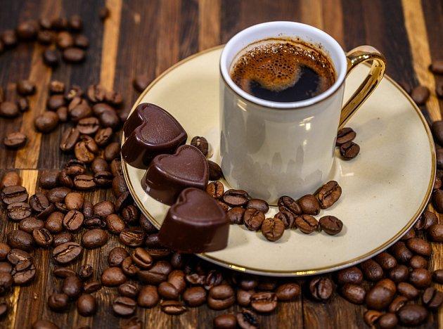 Káva zvyšuje bdělost a potlačuje pocity únavy a vyčerpání
