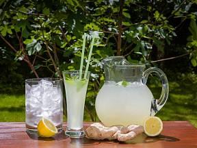 Zázvorovou vodu lze snadno vyrobit doma za minimální náklady