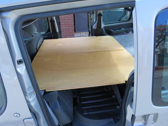 Spodní deska zůstává, dvě další po fixaci vytvoří prodloužení spací plochy. Starší typ Citroenu Berlingo