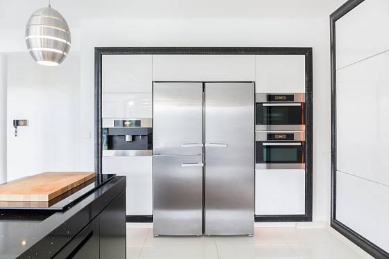 Početné rodiny jistě uvítají prostornou dvoudveřovou chladničku.