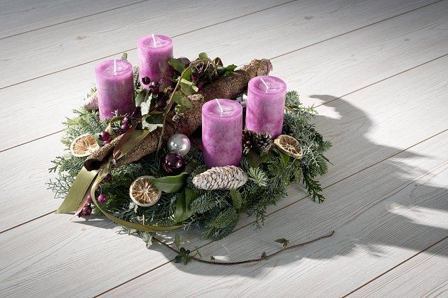 Fialová barva je barvou typickou pro adventní období.