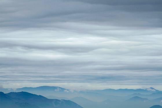 Stratus je závojnatý oblak