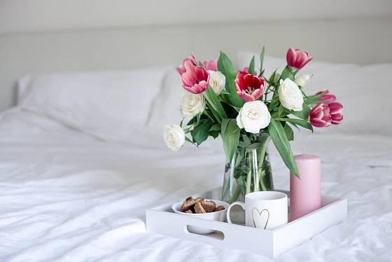 Kytice tulipánů a snídaně servírovaná rovnou do postele.