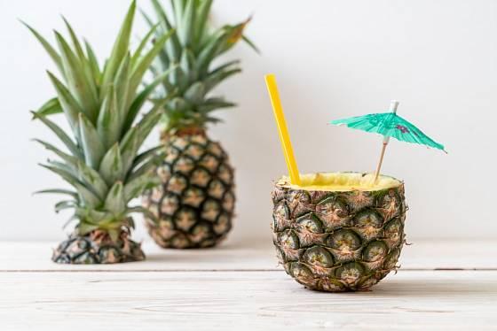 Smoothie z ananasu podávané v nádobce vydlabané z ananasu.