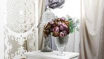 Květiny k romantickému stylu patří.