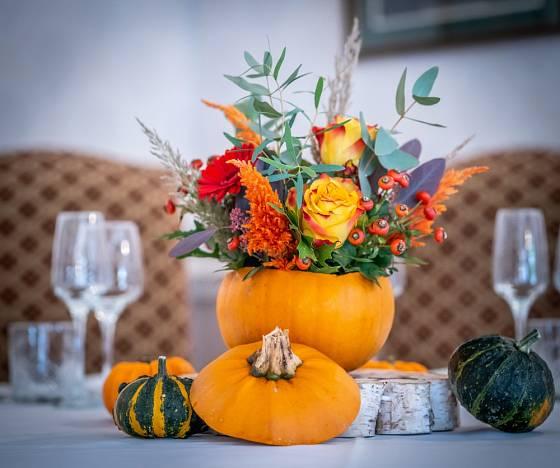 Na stůl můžeme položit nejdříve podložku z plátu dřeva a pak teprve na ni dýni s vypichovanou květinovou dekorací.