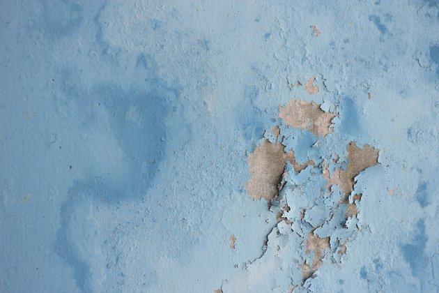 Puchýřující bobtnající omítka je jedním ze znaků vzlínající vlhkosti.
