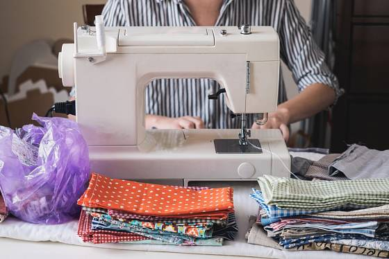 Mnohé ženy opět usedly ke svým tak trochu pozapomenutým šicím strojům a šijí roušky.