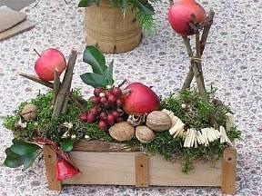 Jednoduché vánoční aranžmá v krabici.