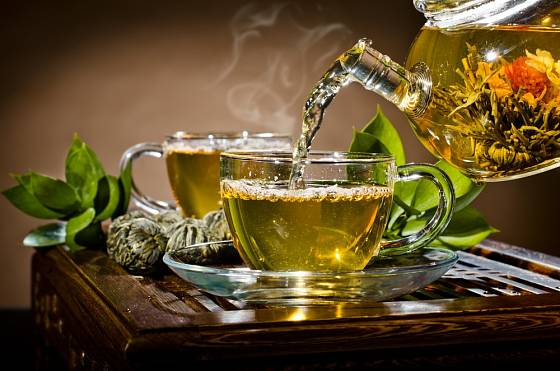 Příprava zeleného čaje.