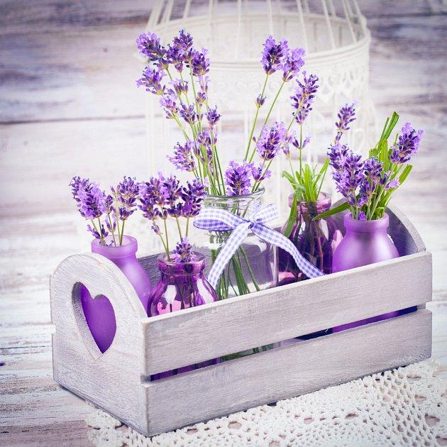 Dekorace s motivy levandule v Provence stylu.