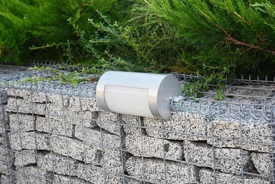 Gabionová zahradní zídka poskytne místo i pro funkční osvětlení.