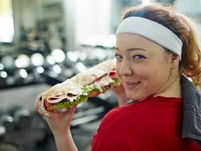 Cvičit v posilovně a přemýšlet o fast foodu kýžený efekt nepřinese