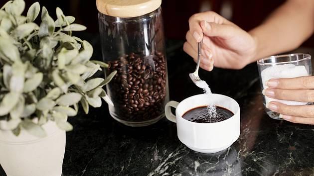 Zelená zrna kávy se praží z použití vysokých teplot, aby káva získala své typické vlastnosti a chuť.