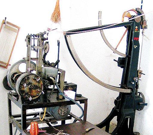 stáčecí stroj a trhačka provazů