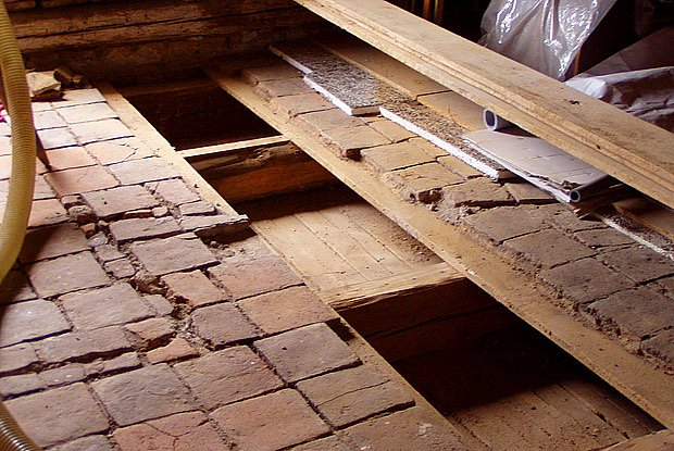 Příprava pro izolaci dutého trámového stropu