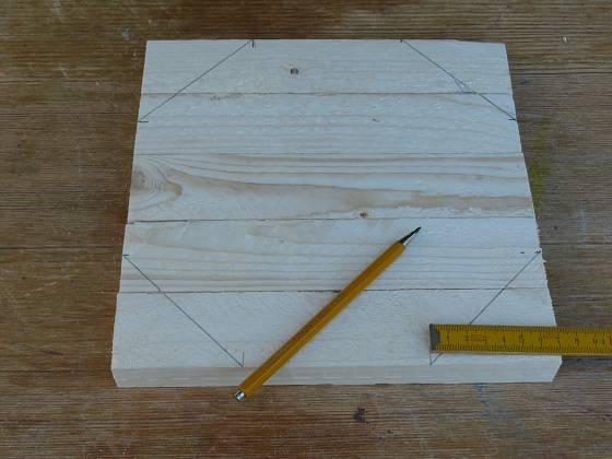 Výroba dřevěné trojnožky: Naměříme vždy 7 cm od kraje