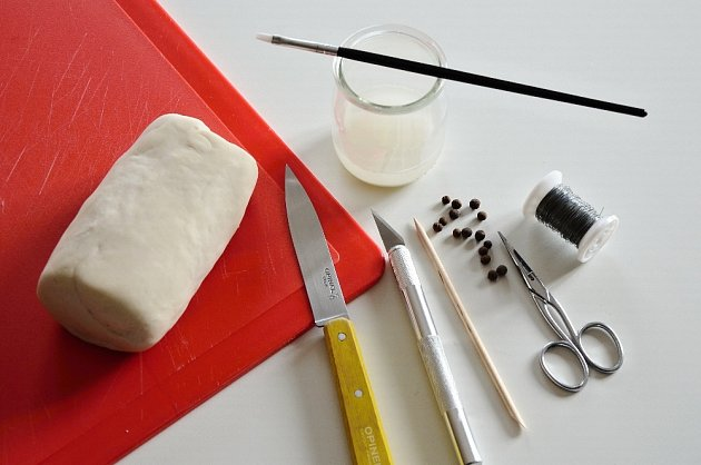 """Ostrý nožík, špejle, párátko, miska s """"lepidlem"""", štětec, kuličky koření."""